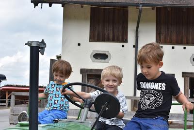 Kinder auf dem Traktor